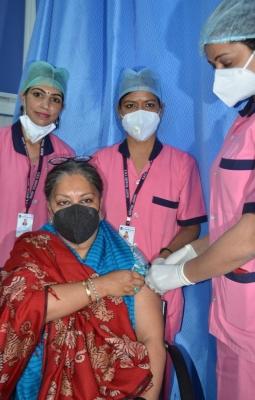 Cm Gehlot & Former Cm Vasundhara Get Vaccinated In Rajasthan-TeluguStop.com