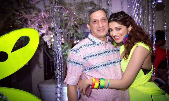 Raai Laxmi Mourns Fathers Death With Emotional Note-TeluguStop.com