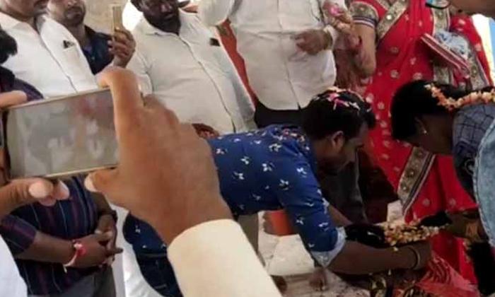 Missing Priest During Wedding Finally-పెళ్లి సమయంలో పురోహితుడు మిస్సింగ్.. చివరకు..-General-Telugu-Telugu Tollywood Photo Image-TeluguStop.com