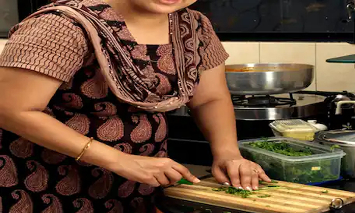 Up Mother In Law Did Not Cook After Watching Tv Serials The Daughter In Law Called Police-TeluguStop.com
