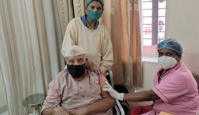 Nonagenarian Among 7l Senior Citizens Vaccinated In Raj-TeluguStop.com