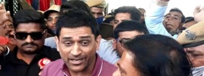 Raj Crowd Goes Berserk To Catch Glimpse Of Dhoni-TeluguStop.com