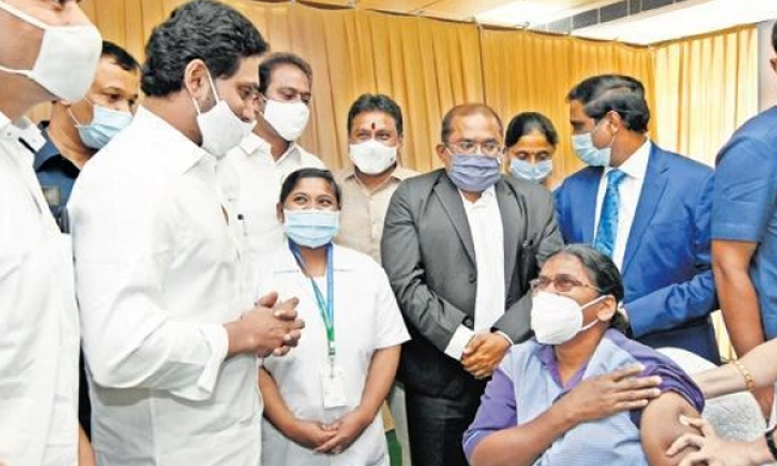 6 Lakh People Vaccinated In Ap Single Day Record-ఏపీలో కరోనా వ్యాక్సినేషన్ రికార్డ్.. ఒక్కరోజులో 6 లక్షలమందికి టీకాలు..-General-Telugu-Telugu Tollywood Photo Image-TeluguStop.com