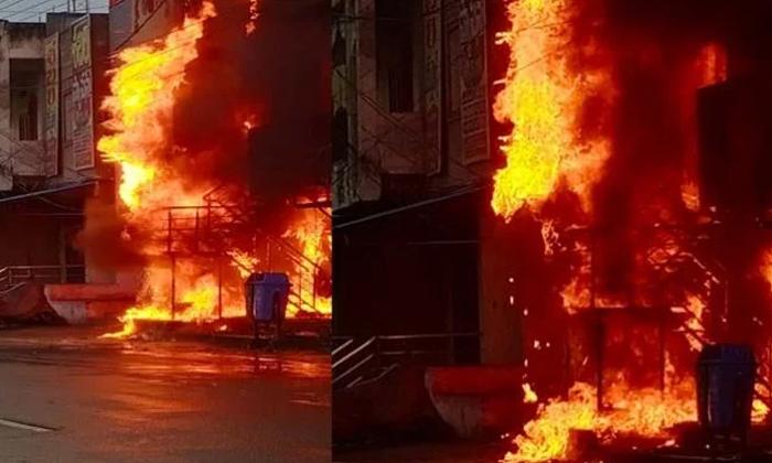 Janagama Nfc Hotel Fires With Short Circuit-షార్ట్ సర్క్యూట్తో హోటల్లో ఎగిసిపడుతున్న మంటలు.. ఎక్కడంటే.. -Breaking/Featured News Slide-Telugu Tollywood Photo Image-TeluguStop.com