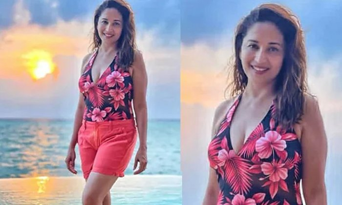Bollywood Veteran Heroine Madhuri Dixit Looks Stunning In Beach-అలాంటి ఫోటోని షేర్ చేసిన సీనియర్ హీరోయిన్.. ఈ వయసులో అవసరమా అంటూ..-Latest News - Telugu-Telugu Tollywood Photo Image-TeluguStop.com