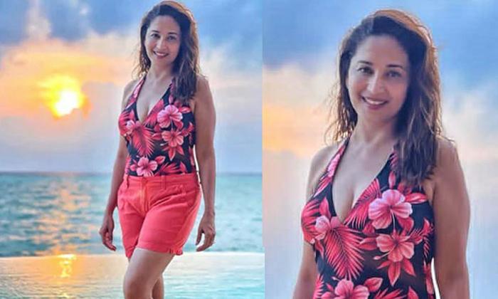 Pic Talk: Madhuri Dixit Stuns With Her Beach Look-Latest News English-Telugu Tollywood Photo Image-TeluguStop.com