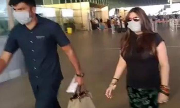 Netizens Trolls Ekta Kapoor Not Holding Bag-TeluguStop.com