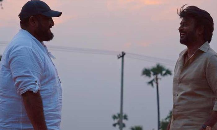 Rajinikanth Annatthe On Shooting Location Pic Leaked-అన్నాత్తేలో ఊర మాస్ రజిని.. ఆన్ లొకేషన్ పిక్ లీక్..-General-Telugu-Telugu Tollywood Photo Image-TeluguStop.com
