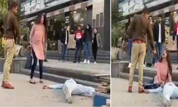 Viral Video Police Shots Couple On Road-వైరల్ వీడియో…నడిరోడ్డు మీద దంపతులను షూట్ చేసిన పోలీస్-General-Telugu-Telugu Tollywood Photo Image-TeluguStop.com