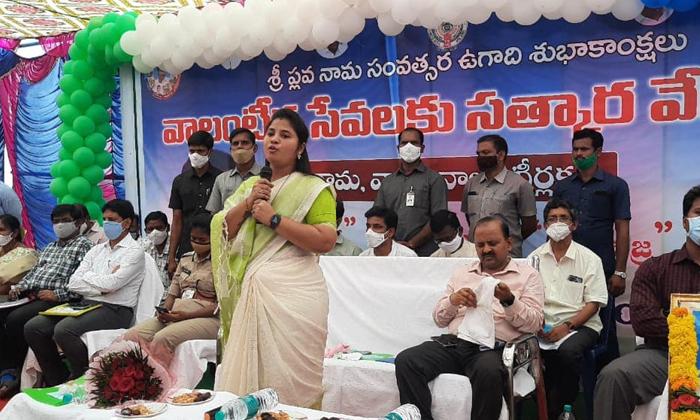Deputy Cm Pushpa Srivani Sensational Comment-వాలంటీర్ల సత్కార కార్యక్రమంలో డిప్యూటీ సీఎం సంచలన కామెంట్స్..-Political-Telugu Tollywood Photo Image-TeluguStop.com