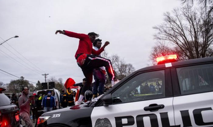 Minneapolis Police Shoot Dead Black Man 16km From Where George Floyd Was Killed-జార్జ్ఫ్లాయిడ్ నేలకొరిగిన చోటే.. పోలీస్ తూటాకు మరో నల్లజాతీయుడు బలి, మిన్నంటిన నిరసనలు-Latest News - Telugu-Telugu Tollywood Photo Image-TeluguStop.com