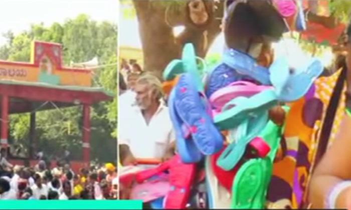 Viral Footwear As An Offering To Ammavaru God-వైరల్ : ఆ ప్రాంతంలో అమ్మవారికి నైవేద్యంగా పాదరక్షలు..-General-Telugu-Telugu Tollywood Photo Image-TeluguStop.com