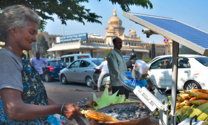 Viral How Well Does This Old Grandmother Use Technology-వైరల్: ఈ ముసలి బామ్మ టెక్నాలజీని ఎంత బాగా ఉపయోగిస్తుందో కదా..-General-Telugu-Telugu Tollywood Photo Image-TeluguStop.com