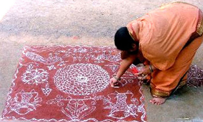 Rangoli At The House Entrance Goddess Lakshmi Attract-TeluguStop.com