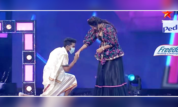 Kanna Master Kiss Monal Gajjar Dance Plus Show-అందరు చూస్తుండగానే మోనాల్ కు ముద్దు పెట్టాడు..-Latest News - Telugu-Telugu Tollywood Photo Image-TeluguStop.com