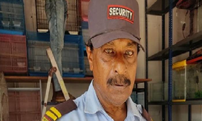 Rs Billionaire Security Guard With 100 Lottery-రూ. 100 లాటరీతో కోటీశ్వరుడైన సెక్యూరిటీ గార్డ్..-General-Telugu-Telugu Tollywood Photo Image-TeluguStop.com