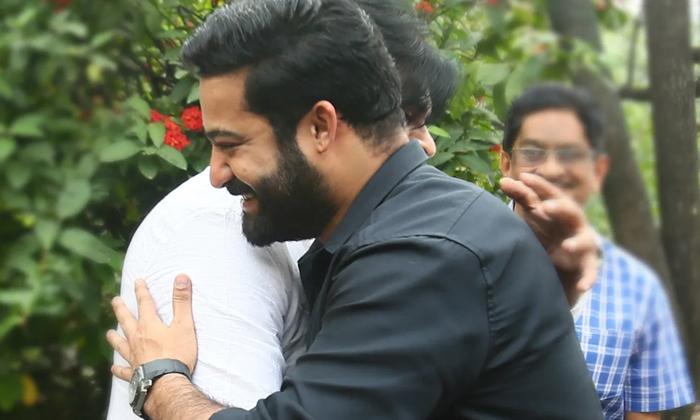 Ntr Hugs Pawan Kalyan After Watching Vakeel Saab Movie-పవన్ ను హగ్ చేసుకున్న తారక్.. ఎందుకంటే..-Latest News - Telugu-Telugu Tollywood Photo Image-TeluguStop.com