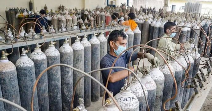 Oxygen Cylinder Explodes While Refilling In-ఆక్సిజన్ ప్లాంట్లో ప్రమాదం.. కార్మికుడి ప్రాణాన్ని బలిగొన్న సిలిండర్.. -Breaking/Featured News Slide-Telugu Tollywood Photo Image-TeluguStop.com
