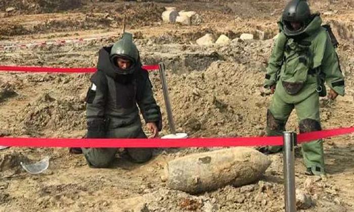Missile On The Playing Field Sheltered Children-ఆడుకొనే మైదానంలో మిస్సైల్..ఆశ్చర్యపోయిన పిల్లలు..-General-Telugu-Telugu Tollywood Photo Image-TeluguStop.com