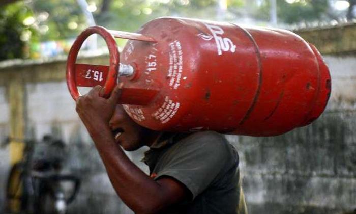 Process To Claim The Insurance If The Lpg Cylinder Is Accidentally Blasted In Home-ఇంట్లో సిలిండర్ పొరపాటున పేలితే ప్రమాద బీమా ఇలా క్లెయిమ్ చేసుకోండి..-General-Telugu-Telugu Tollywood Photo Image-TeluguStop.com