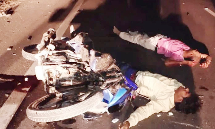 Terrible Road Accident In Kodangal-కొడంగల్‌లో ఘోర రోడ్డు ప్రమాదం.. -Breaking/Featured News Slide-Telugu Tollywood Photo Image-TeluguStop.com