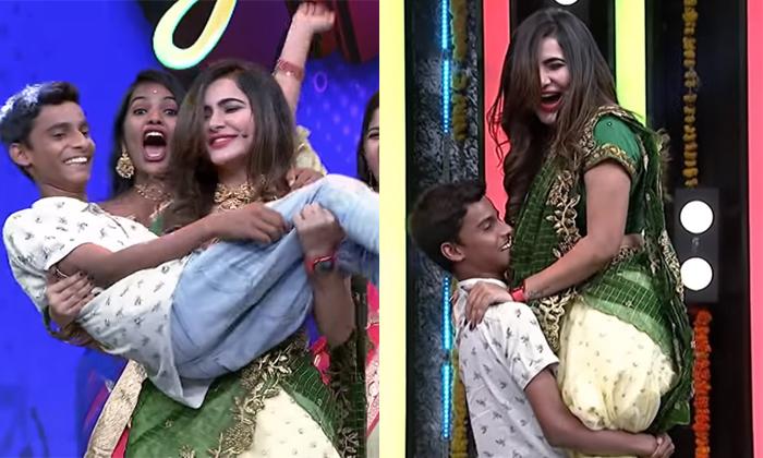 Viral A Student In Happy Days Show Lifts Ashu Reddy-వైరల్: ఆ షోలో లేడి యాంకర్ ను అమాంతం ఎత్తేసిన స్టూడెంట్..-General-Telugu-Telugu Tollywood Photo Image-TeluguStop.com