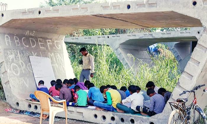 Viral Satyendra Pal A Teacher Teaching Poor Students Under Delhi Flyover-వైరల్: ఈ ఉపాధ్యాయుడికి నిజంగా సలాం చేయాల్సిందే..-General-Telugu-Telugu Tollywood Photo Image-TeluguStop.com