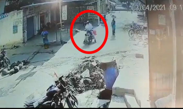 Viral Small Boy Uninjured Even After Bike Accident In Maharashtra-వైరల్: ఈ బుడ్డోడికి ఇంకా భూమి మీద నూకలున్నాయి..-General-Telugu-Telugu Tollywood Photo Image-TeluguStop.com