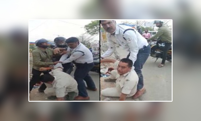 Viral Two Police Men In Ranchi Fight Each Other For Not Wearing Helmet-వైరల్: సిల్లీ రీజన్ తో కొట్టుకున్న ఇద్దరు పోలీసులు.. అసలు మ్యాటర్ ఏంటంటే..-General-Telugu-Telugu Tollywood Photo Image-TeluguStop.com