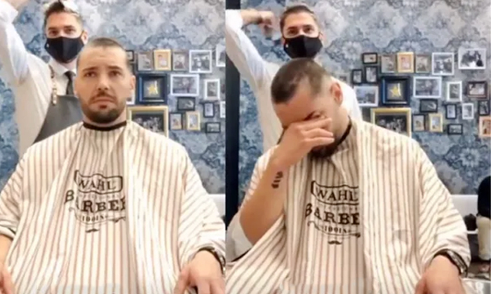 Viral Video A Spain Barber Shaves His Head In Support Of His Friend Battling Cancer-వైరల్ వీడియో…స్నేహానికి ప్రతి రూపంగా మారిన ఈ బార్బర్… ఏం చేసాడంటే-General-Telugu-Telugu Tollywood Photo Image-TeluguStop.com