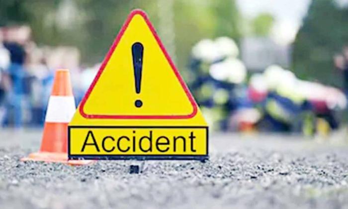 Vro Died Due To Reckless Driving Of Car On Chirala Railway Flyover Bridge-ఫ్లై ఓవర్ బ్రిడ్జ్ పై బీభత్సం సృష్టించిన కారు.. మరణించిన వీఆర్వో.. -Breaking/Featured News Slide-Telugu Tollywood Photo Image-TeluguStop.com