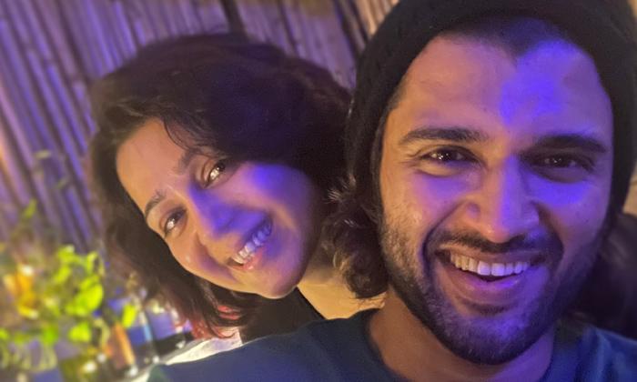 Charmee Kaur Shares Vijay Deverakonda Photo-TeluguStop.com