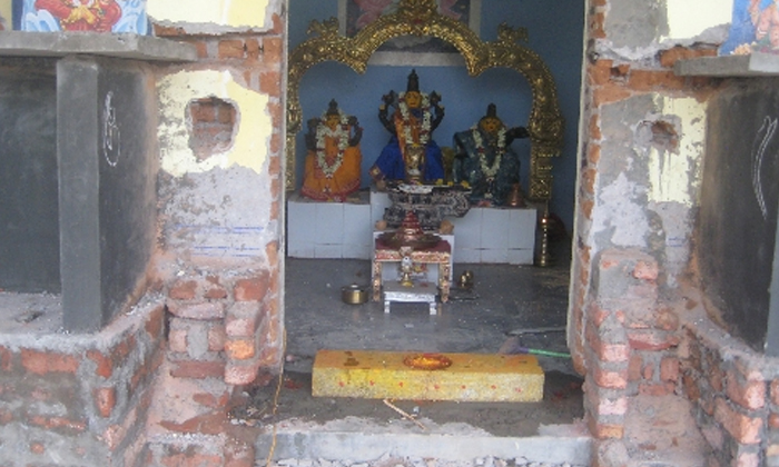 Why Do We Bow At Temple Entrance Before Entering 2-దేవాలయంలోకి వెళ్లేటప్పుడు ముందుగా గడపకు ఎందుకు నమస్కారం చేస్తారో తెలుసా-Latest News - Telugu-Telugu Tollywood Photo Image-TeluguStop.com