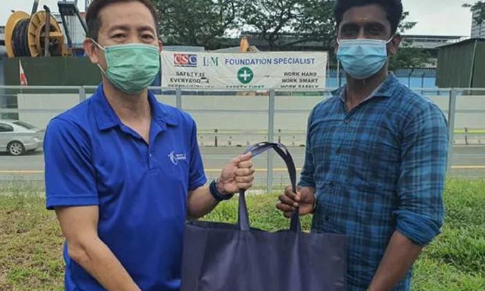 Indian In Singapore Praised For Helping Blind Man Cross Road-TeluguStop.com