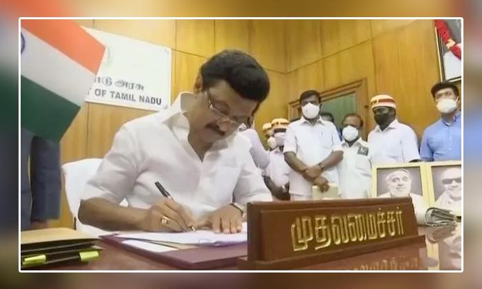 Tamilanadu Cm Mk Stalin Signed 5 Orders Dmk Manifesto-TeluguStop.com