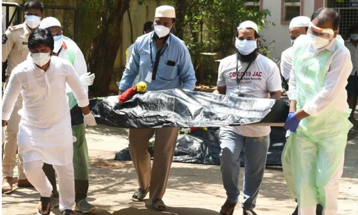 Tirupati Ycp Mla Bhumana Karunakar Reddy Is Did Funeral To The Corona Dead Body-శభాష్ : కరోనా వైరస్ సోకి మృతి చెందిన అనాథ శవాలను మోసిన ఎమ్మెల్యే….-General-Telugu-Telugu Tollywood Photo Image-TeluguStop.com