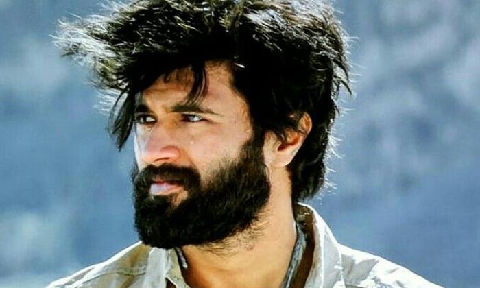 Vijay Deverakonda Gets Emotional Over Fan Hemanth Death-కంటతడి పెట్టుకున్న విజయ్ దేవరకొండ.. గుర్తుండిపోతావంటూ..-Latest News - Telugu-Telugu Tollywood Photo Image-TeluguStop.com