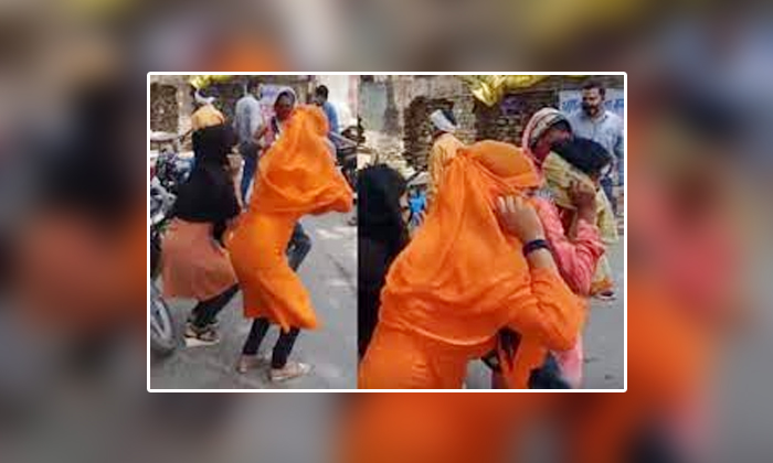 Viral Police Punishment For Girls On The Highway For Violating Covid Restrictions-వైరల్.. నడిరోడ్డుపై అమ్మాయిలకు పోలీసుల పనిష్మెంట్.. ఎందుకంటే-General-Telugu-Telugu Tollywood Photo Image-TeluguStop.com
