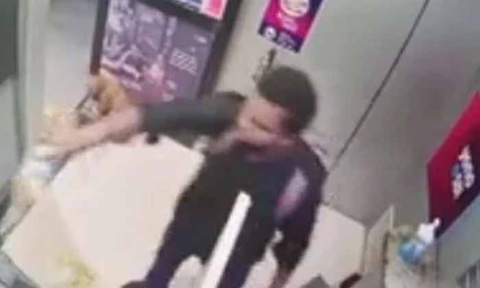 Viral Video Angry That Cash Did Not Come In The Atm-TeluguStop.com