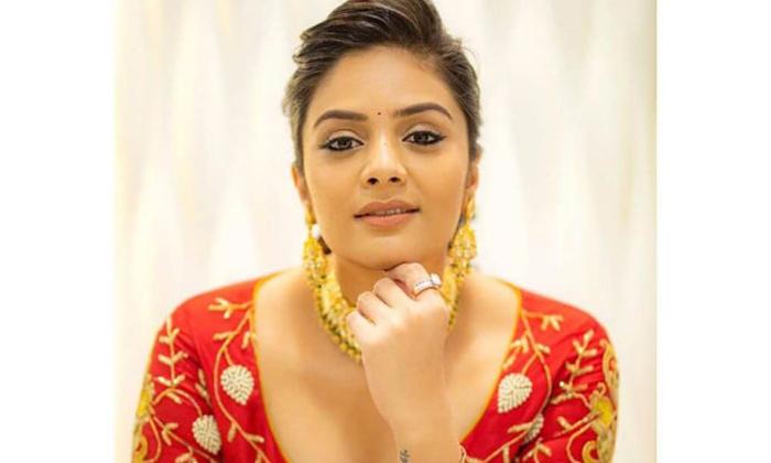 Sreemukhi Gave Her Phone Number Due To Her Fans Request-TeluguStop.com