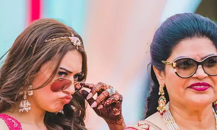 Hansika Hitting By Her Mother Video Goes Viral In Social Media-TeluguStop.com