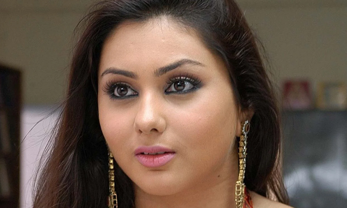 Actress Namitha Help To Covid 19 Patients-TeluguStop.com