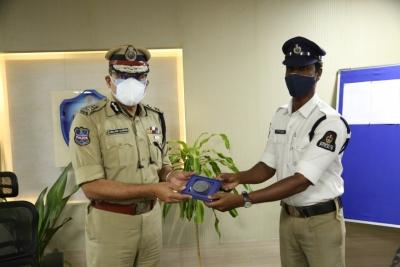 Hyderabad Cop's Act Of Kindness Wins Hearts-TeluguStop.com