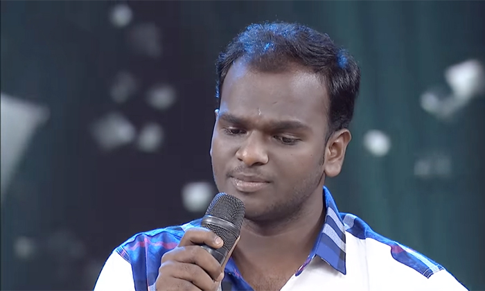 Comedian Hyper Aadi Shocked With Emmanuel Singing Performance On Sri Devi Drama Company-వర్షతో రొమాన్స్ ఒక్కటే కాదు.. ఇమ్మానుయేల్ మరో కోణం బయటపడటంతో హైపర్ ఆది-Latest News - Telugu-Telugu Tollywood Photo Image-TeluguStop.com