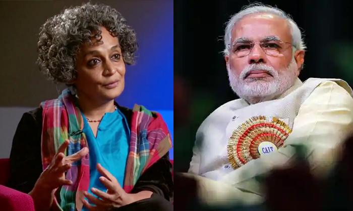Senior Journalist Arundhati Roy Letter For Modi Resignation As Prime Minister-మోదీ పై సంచలన వ్యాఖ్యలతో లేఖ.. ప్రముఖ రచయిత్రి విజ్ఞప్తి .. -Breaking/Featured News Slide-Telugu Tollywood Photo Image-TeluguStop.com