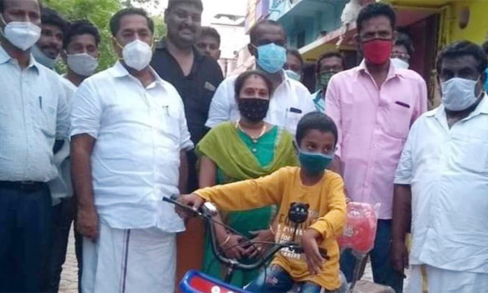 Seven Year Old Boy Harish Varman Financial Aid For The Corona Patients In Madurai-పిల్లోడి గొప్ప మనసుకు ఫిదా అయిన సీఎం స్టాలిన్.. -Breaking/Featured News Slide-Telugu Tollywood Photo Image-TeluguStop.com