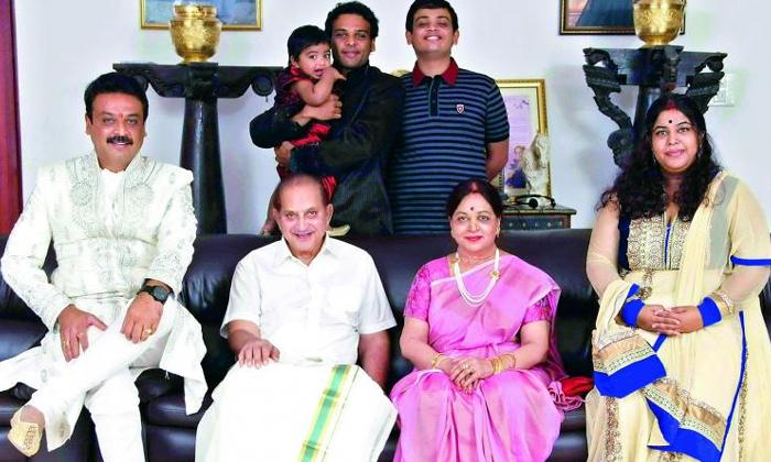 Telugu Actor Naresh About His Relationship With Mahesh Babu Family-TeluguStop.com