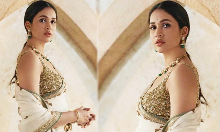 Lavanya Tripathi Looks Beautiful In A Saree-చీరకట్టులో మెరిసిపోతున్న టాలీవుడ్ బ్యూటీ.. వైరల్ ఫోటో-Latest News - Telugu-Telugu Tollywood Photo Image-TeluguStop.com