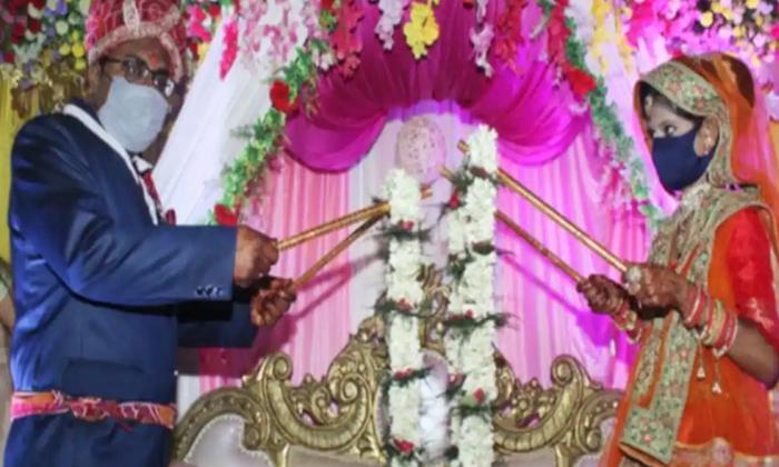 Viral Netizens Who Think This Is The Real Sisal Corona Wedding-వైరల్… అసలు సిసలు కరోనా పెళ్లి ఇదేనంటున్న నెటిజన్లు-General-Telugu-Telugu Tollywood Photo Image-TeluguStop.com