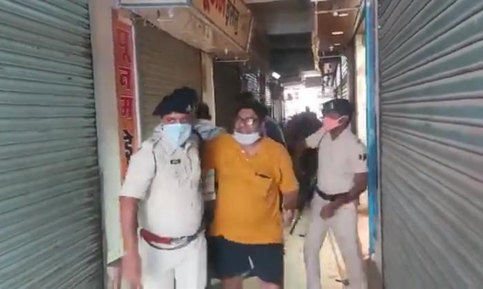 Viral Video Police Warns Wedding Dress Shops Owner Doing Business In Lock Down In Madhya Pradesh-TeluguStop.com